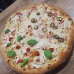 Pizza pół na pół Capresse i Diavolo